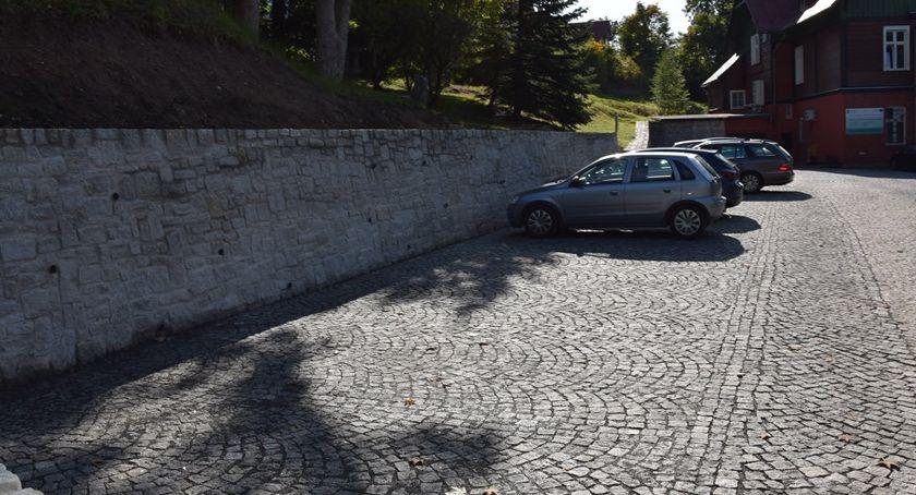 Inwestycje, miejsca parkingowe Urzędem Miasta - zdjęcie, fotografia