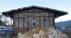 Remont dworca kolejowego w Szklarskiej Porębie Górnej - odsłonięto stary niemiecki napis
