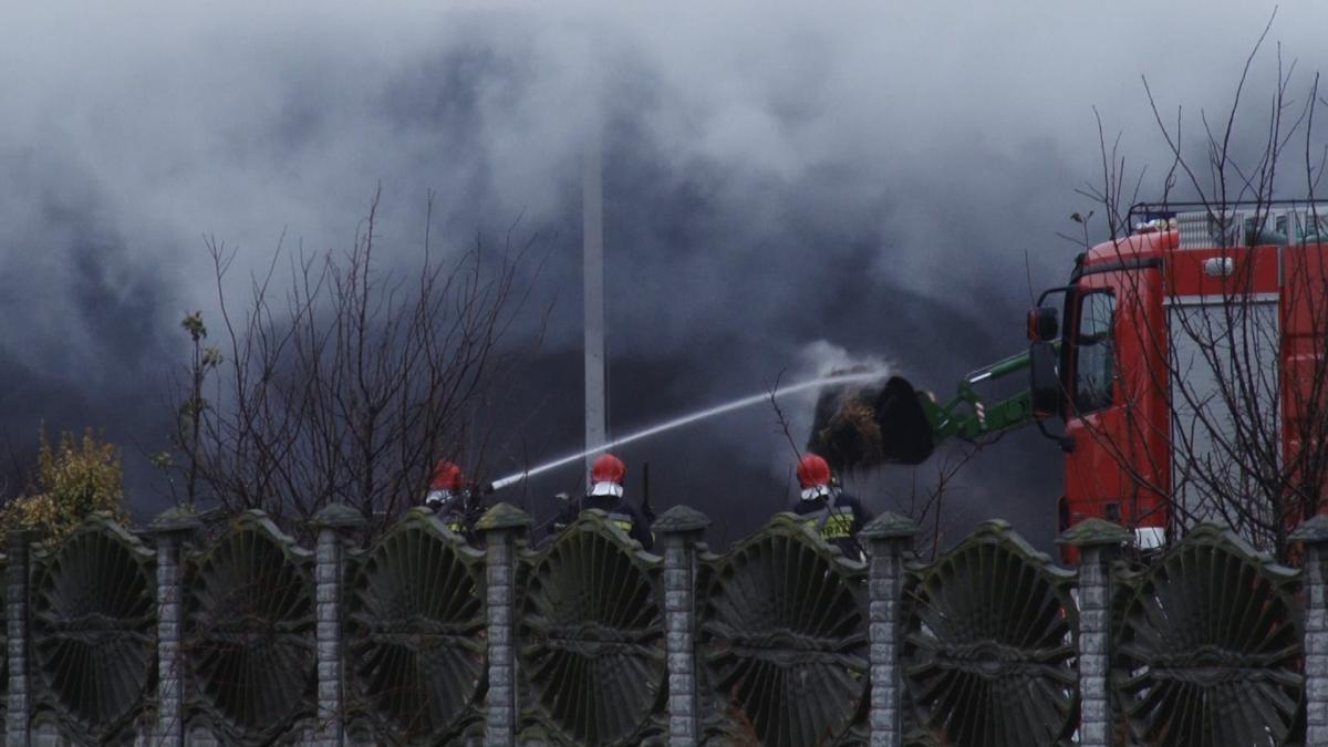 Interwencje straży i pożary, Strażacy kilkanaście godzin gasili pożar słomy - zdjęcie, fotografia