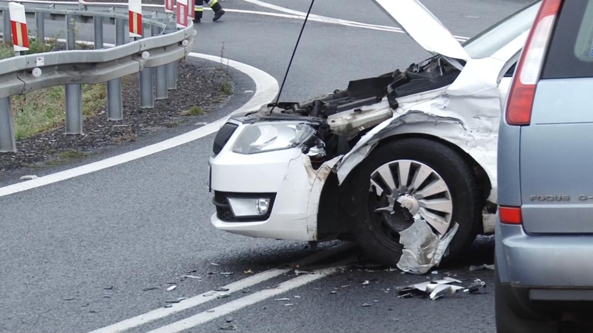 Wypadki drogowe, Zderzenie dwóch samochodów zjeździe - zdjęcie, fotografia