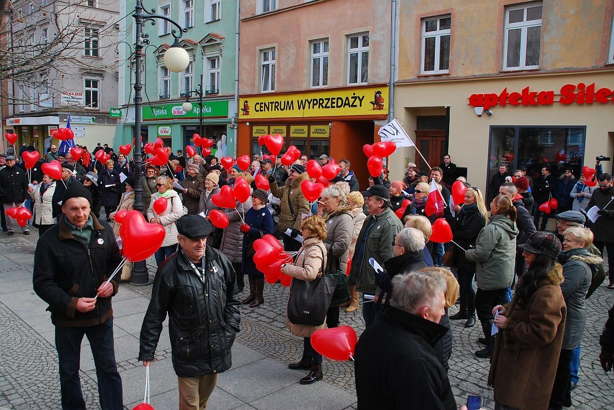 Wydarzenia, hasłem /Zakochani demokracji/ demonstrował dziś centrum Legnicy - zdjęcie, fotografia