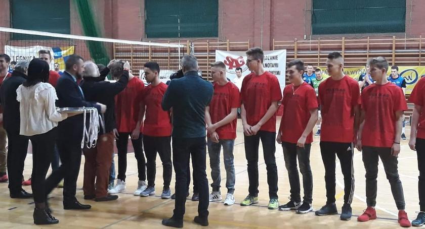 Siatkówka, Kompromitacja Juniorzy Ikara musieli oddać medale! - zdjęcie, fotografia
