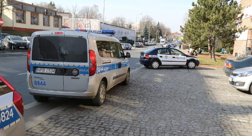 Komunikaty Policji, Przestraszył policjantów miał sobie spory zapas narkotyków - zdjęcie, fotografia