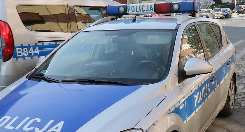 Komunikaty Policji, Uciekał samochodem wskoczył rzeki policjanci schwytali - zdjęcie, fotografia