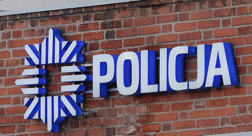 Komunikaty Policji, Pijany latek biegał Asnyka młotkiem wybijał szyby autach - zdjęcie, fotografia