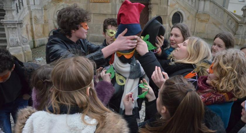 Teatr Modrzejewskiej, Uczniowie zorganizowali happening poszukiwaniu narodowej tożsamości - zdjęcie, fotografia