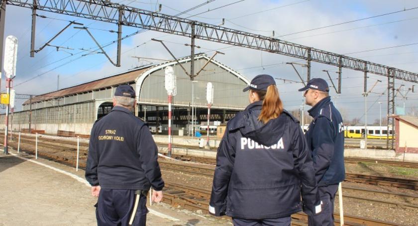 Komunikaty Policji, Policjanci kolejarze wspólnie patrolują okolice dworca - zdjęcie, fotografia