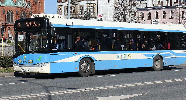 Wydarzenia, Kierowcy Mniej autobusów legnickich ulicach - zdjęcie, fotografia