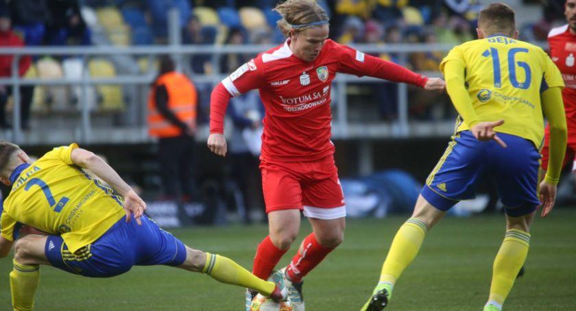Piłka nożna, Roman cenny punkt Gdyni Miedź wskoczyła miejsce - zdjęcie, fotografia