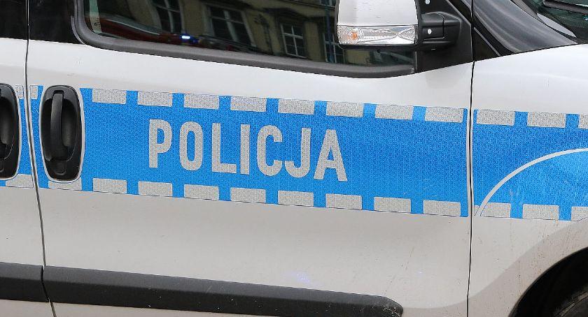 Komunikaty Policji, Naćpany kierowca wpadł ręce policji jechał Chryslerem przez wioskę - zdjęcie, fotografia