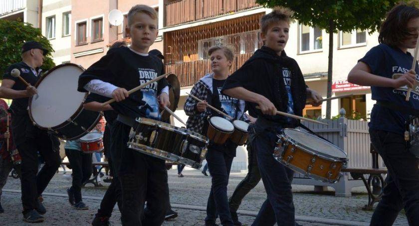 Muzyka Koncerty, Bębniarze przeszli rynkiem drugi dzień Battle Legnica - zdjęcie, fotografia