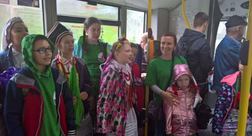 Wydarzenia, Śpiewające autobusy umilały podróż pasażerom - zdjęcie, fotografia