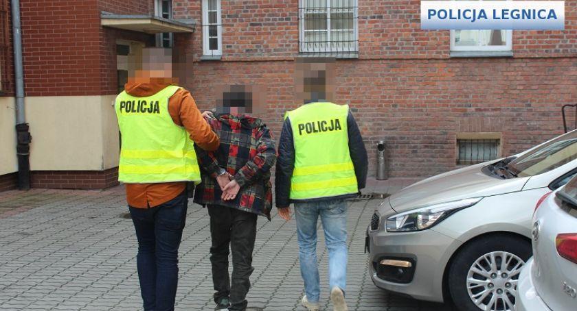 Komunikaty Policji, Prawdziwi policjanci zatrzymali oszusta podającego policjanta - zdjęcie, fotografia