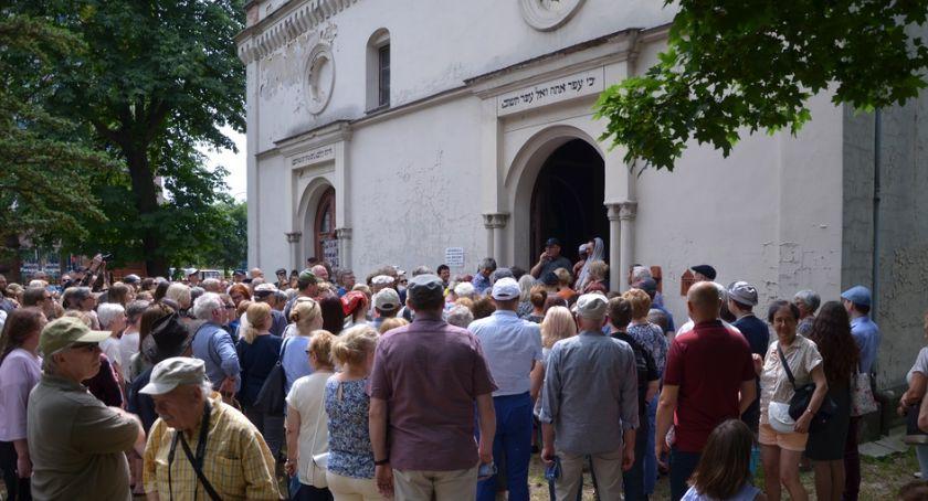 Wydarzenia, Dzieje cmentarza żydowskiego zainteresowały tłumy legniczan - zdjęcie, fotografia