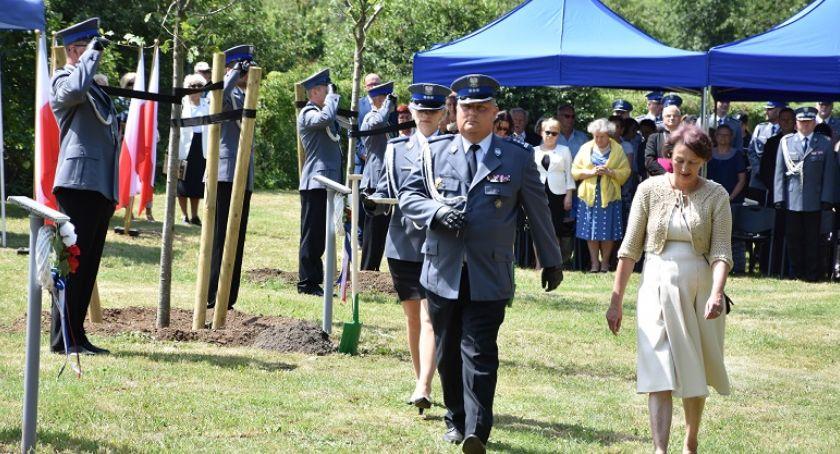 Komunikaty Policji, Legnicy posadzono dęby pomordowanych policjantów - zdjęcie, fotografia