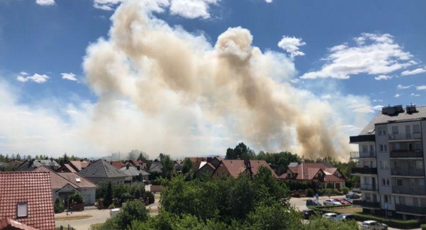 Interwencje straży i pożary, Groźny pożar Piekarach Płonęła łąka pobliżu kościoła - zdjęcie, fotografia