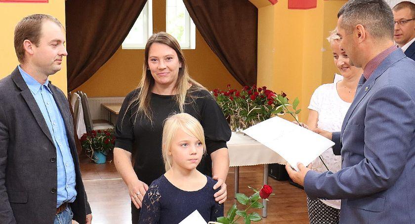 Edukacja, Najzdolniejsza młodzież gminy Legnickie nagrodzona przez wójta - zdjęcie, fotografia