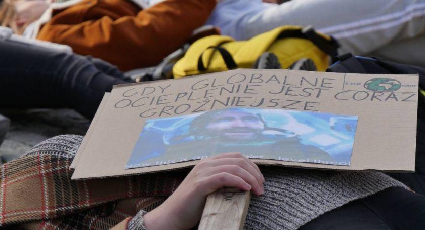 Wydarzenia, Kolejna manifestacja klimatu Spotkanie Ziemi przed kawiarnią - zdjęcie, fotografia