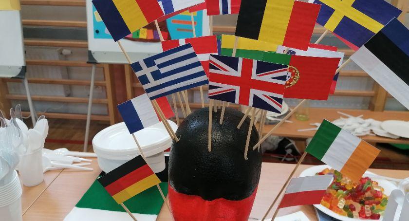 Edukacja, Tańce przekąski narodowe gadżety czyli Katolik Europie - zdjęcie, fotografia