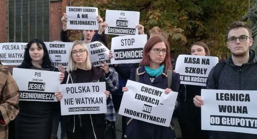 Wydarzenia, szkoły kościoły Legnicki protest Ciemnogrodu [ZDJĘCIA] - zdjęcie, fotografia