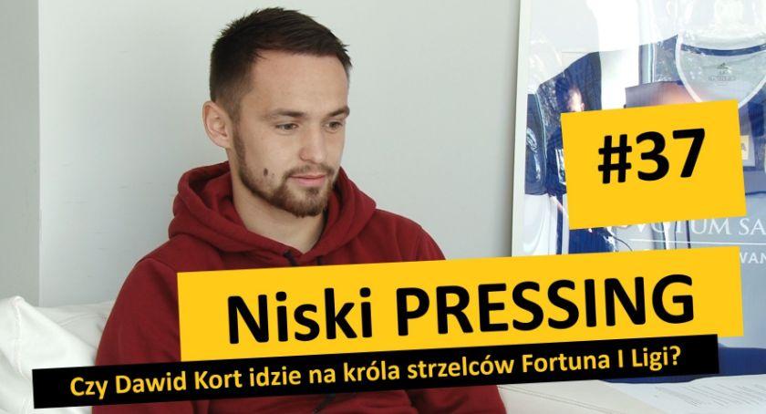 Piłka nożna, Niski Pressing Dawid idzie króla strzelców Fortuna - zdjęcie, fotografia