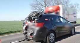 Ciężarowe Renault wbiło się w tył dwóch osobówek na DK nr 94