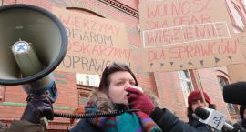 Protest przed sądem okręgowym. Chodzi o gwałt w Biedrzychowej