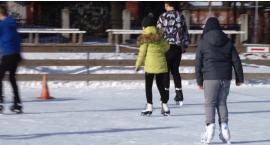 Ferie na lodowisku – tłumy dzieci  wypoczywają aktywnie