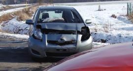 Zderzenie dwóch aut w Jezierzanach. Dwie osoby ranne
