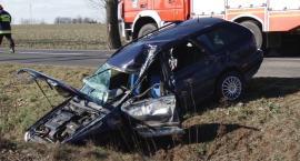 Czołowe zderzenie osobówki z ciężarówką na trasie Legnica - Złotoryja