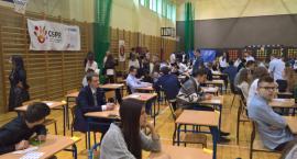 Gimnazjaliści z Legnicy piszą egzamin mimo strajku nauczycieli [TV]