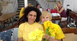 Kwesta na rzecz hospicjum z żółtymi żonkilami w tle