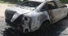 W centrum Legnicy płoną samochody. Policja prowadzi śledztwo