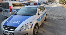 Policjanci kontrolują trzeźwość kierowców