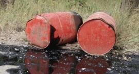 Porzucone beczki z olejem znalezione przy legnickiej hucie