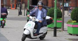 Prezydent Tadeusz Krzakowski przesiada się z roweru na skuter