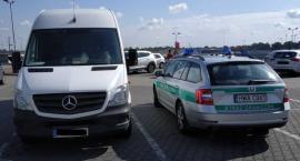 Skradziony w Niemczech Mercedes stał na parkingu w Okmianach