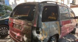 Policja sprawdza, kto podpalił samochody na podwórku [ZDJĘCIA, VIDEO]