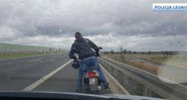 Jechał motorowerem po ekspresówce. Jak się tłumaczył drogówce?