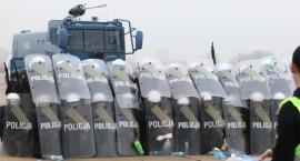 Zobaczcie, jak legniccy policjanci ćwiczyli na lotnisku  [ZDJĘCIA, WIDEO]