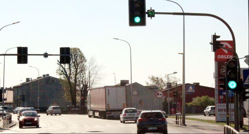 Drogownictwo, Sekundniki zielone strzałki kolejnych skrzyżowaniach - zdjęcie, fotografia