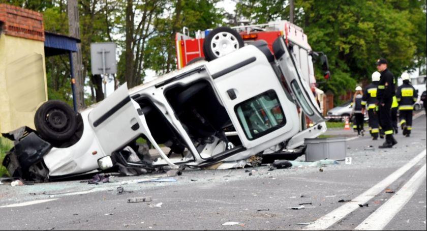 Wypadki drogowe, Dachowała zderzeniu - zdjęcie, fotografia