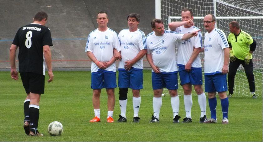 W Obiektywie Paparazziego, Dylemat piłkarza które miejsce chronić pierwszej kolejności pomiędzy zespołami Kalisza Kalinową - zdjęcie, fotografia