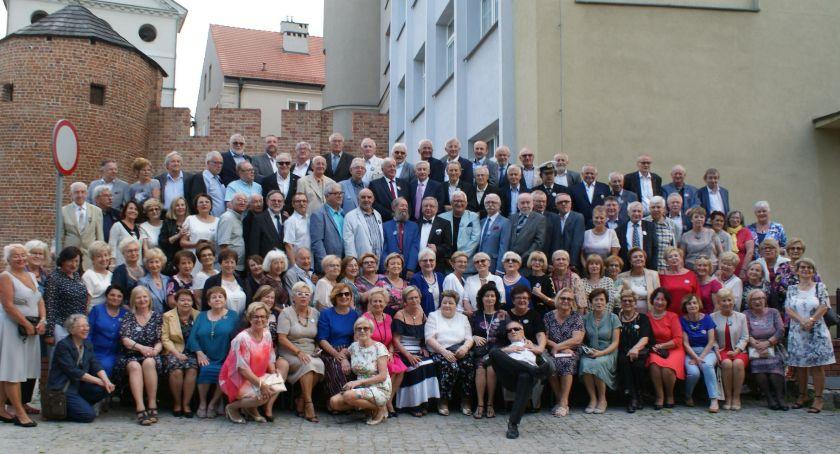 Szkoły i edukacja, Absolwenci kaliskich ogólniaków świętowali lecie matur - zdjęcie, fotografia