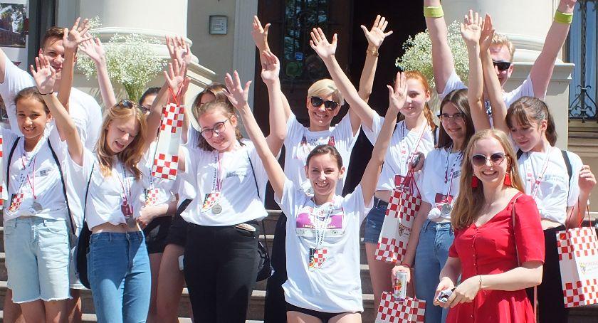 Lekkoaltetyka, Faworyci wygrywali Biegu Chrystowskich parku Pałacu Tłokinia biegali również najmłodsi - zdjęcie, fotografia