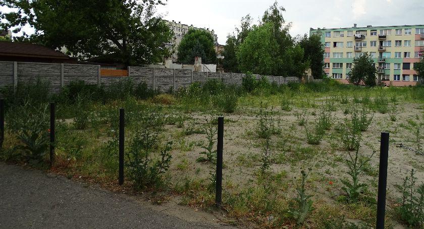 Miejski krajobraz, Staszica Kaliszu kiedyś dziki parking dzisiaj zapuszczony - zdjęcie, fotografia