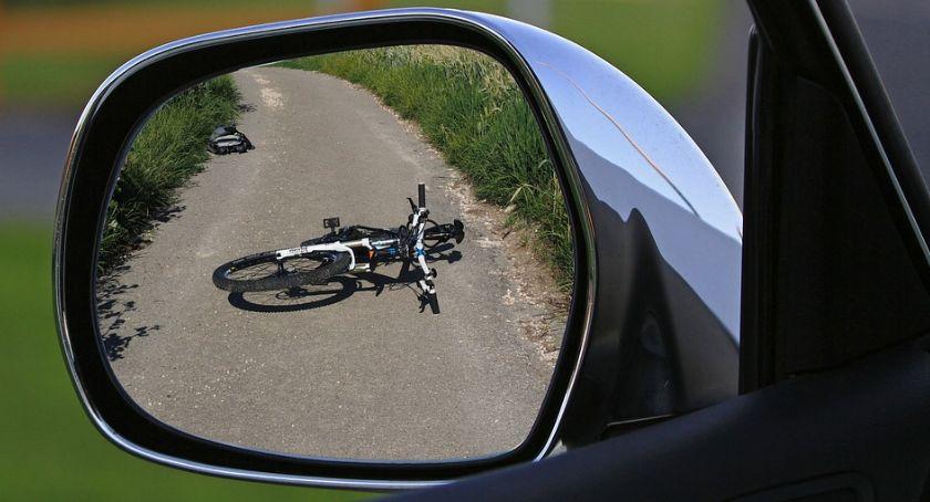 Wypadki drogowe, Rowerzystka kołami - zdjęcie, fotografia