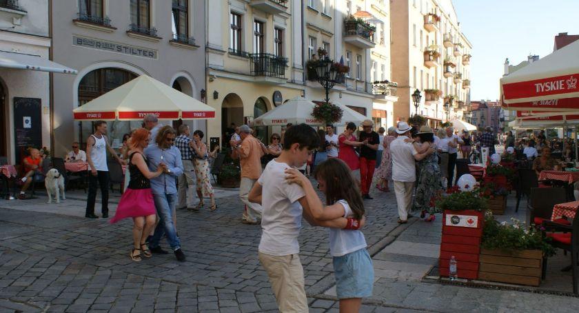 Atrakcje i Ciekawostki, Tańczyli tango przed kaliskim Ratuszem - zdjęcie, fotografia