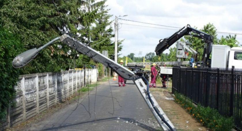 Wypadki drogowe, ulicy Pionierskiej Kaliszu przewrócony słup elektryczny sparaliżował - zdjęcie, fotografia