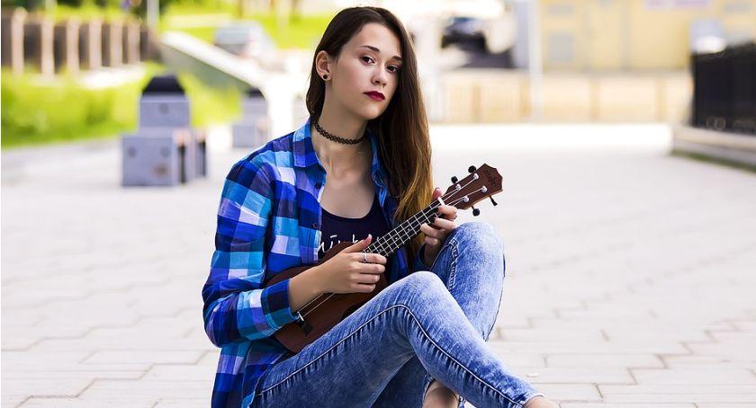 Koncerty, rynek zagraj ukulele - zdjęcie, fotografia